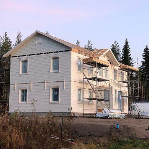 2-krs talon asennus Pietarsaaressa, asiakkaan omien toiveiden mukaan suunniteltu talo / Montering av ett 2-plans hus i Jakobstad, planerat enligt kundens önskemål  #teritalot #terihus #talopaketti #huspaket #uusikoti #nytthem