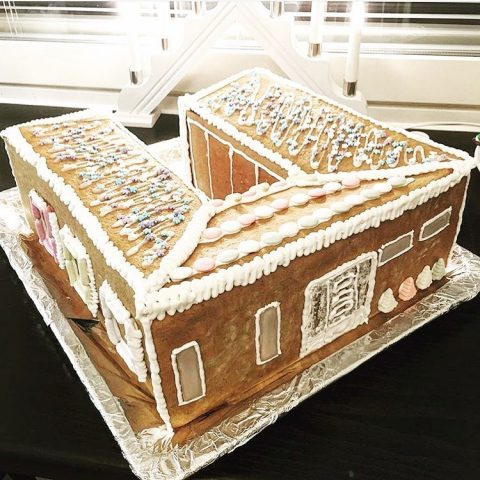 Mikäpä maistuisi makeammalta joulun aikaan kuin tämä upea Cubo-piparkakkutalo / Finns det månne något som skulle smaka bättre under julen än detta fantastiska Cubo-pepparkakshus! 🌟  Repost: @cubosta  #teritalot #terihus #cubo #piparkakkutalo #pepparkakshus #hyvääjoulua #godjul