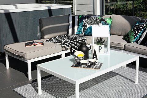 Tämän Cubo-kodin terassi on täydellinen rentoutumiseen. Auringossa kylpevä sohva oikein kutsuu loikoilemaan ☀️ Terrassen i det här Cubo-hemmet är som gjord för avslappning. Den solvarma soffan lockar till lata sommardagar ☀️ #teritalot #terihus #talopaketti #huspaket #uusikoti #modernikoti #nytthem #nordichome #rakentajat2019 #suomalainenkoti #finnishhome #koti #hem