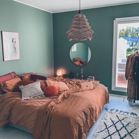 Tämän kauniin makuuhuoneen värimaailma rentouttaa ja sisustuksen monet mielenkiintoiset yksityiskohdat tekevät siitä kotoisan. Rentouttavaa viikonloppua! 🥰  Färgvärlden i detta vackra sovrum gör det enkelt att slappna av. Hemtrevligt blir det också tack vare alla intressanta detaljer i inredningen. Ha ett skönt veckoslut! 🥰  Kuva/Foto: @tittanelli  #teritalot #terihus #talopaketti #huspaket #nordichomes #suomalainenkoti #finnishhome #puutalo #trähus #home #koti #unelmienkoti #drömhem