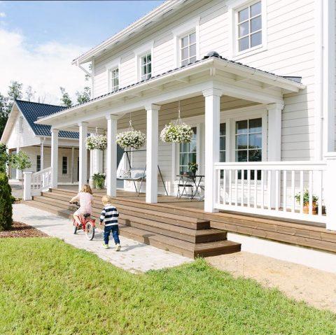 Tämän Victoria-kodin pihalla ja terassilla nautitaan kesästä ja auringosta! ☀️ Hyvää viikonloppua!  I det här Victoria-hemmet finns gott om rum att njuta av sommar och sol, både på terrassen och i trädgården. ☀️ Trevlig helg!  #teritalot #terihus #talopaketti #huspaket #uusikoti #nytthem #nordichome #rakentajat2019 #suomalainenkoti #finnishhome #koti #hem