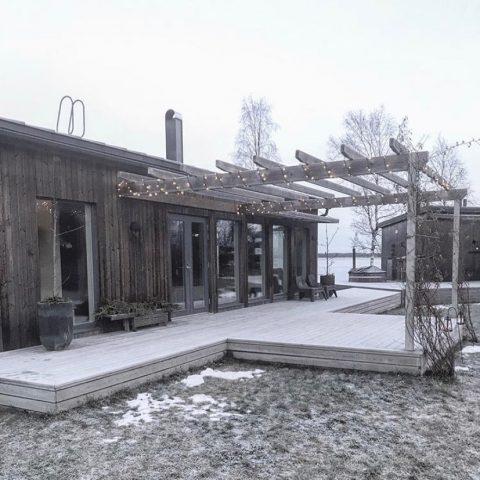 Tässä uniikissa unelmien kesämökissä viihdytään myös talvisaikaan. 🌨 Hyvää viikonloppua!  I denna unika sommarstuga är det gott att vara även på vintern. 🌨 Trevlig helg!  Kuva/foto: kass_linda  #teritalot #terihus #talopaketti #huspaket #nordichomes #suomalainenkoti #finnishhome #puutalo #trähus #home #koti #unelmienkoti #drömhem