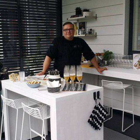 Huomenna alkavilla Asuntomessuilla vietetään tänään lehdistöpäivää ja messutalomme Cubon kesäkeittiöön saatiin vierailevaksi kokiksi Juurella-ravintolan Jani :) @juurella  I morgon börjar Bostadsmässan! I dag hålls det pressdag och som kock i mässhuset Cubos sommarkök har vi Jani från restaurang Juurella :) #teritalot #terihus #juurella#seinäjoenasuntomessut #tericubo