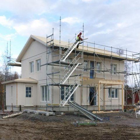 2-krs talon asennus Raippaluodossa, asiakkaan omien toiveiden mukaan suunniteltu talo Montering av ett 2-plans hus i Replot, planerat enligt kundens önskemål  #teritalot #terihus #talopaketti #huspaket #uusikoti #nytthem