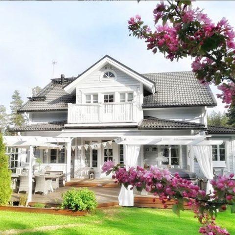 Näin kauniilla terassilla kelpaa viettää kesäjuhlat jos toisetkin. Mikäs sen mukavampaa kuin juhlistaa kesää terassilla tai puutarhassa ystävien seurassa! 💐  Den här vackra terrassen är en perfekt plats för sommarens fester. Vad är väl trevligare än att fira en härlig sommarkväll tillsammans med goda vänner i trädgården eller på terrassen? 💐  @suskinkotona  #teritalot #terihus #talopaketti #huspaket #uusikoti #nytthem #nordichome #rakentajat2019 #suomalainenkoti #finnishhome #koti #hem