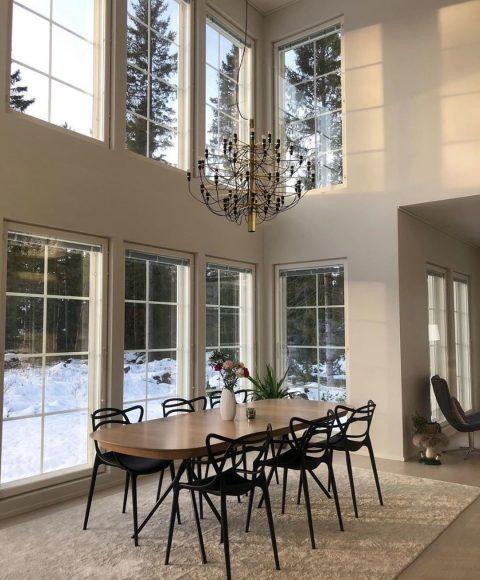 Tästä Teri-Talosta löytyy kerrassaan upea ruokailutila ja kauniit suuret ikkunat, joista valo pääsee tulvimaan sisään.✨ . I det här Teri-Huset finns en alldeles fantastisk matsal där ljuset väller in genom de stora vackra fönstren.✨ . Kuva/foto: @190kvadrat  #teritalot #terihus #talopaketti #huspaket #uniikkikoti  #unelmienkoti #drömhem #inspiration #rakentaminen #talonrakennus #taloprojekti #uudisrakentaminen #rakentajat2020 #rakennusprojekti #omakotitaloprojekti #home #homeinspiration #homeinspirationideas #nordichome#finnishhome